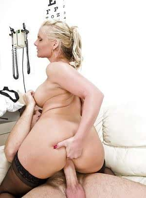 Stunning MILF babe Phoenix Marie fucks in her asshole at the gynos